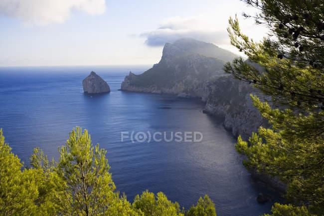 Spagna, Maiorca, baia nel nord-ovest e roccia sull'acqua durante il giorno — Foto stock