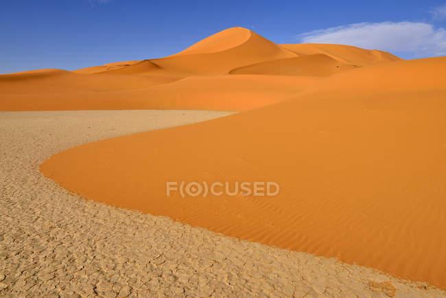 Africa, Algeria, Sahara, Parco nazionale di Tassili N'Ajjer, regione di Tadrart, dune di sabbia e argilla del sud Oued in Tehak — Foto stock
