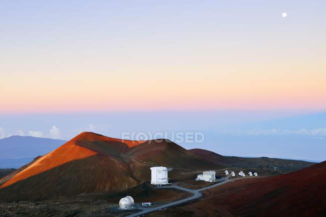 Estados Unidos, Hawai, isla grande, en Mauna Kea, ve al cráter y observatorios en el crepúsculo matutino - foto de stock