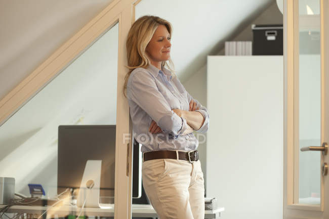 Frau im Dachgeschoss — Stockfoto