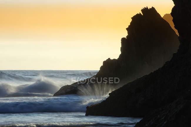 España, Asturias, Playa de Andrín al atardecer - foto de stock