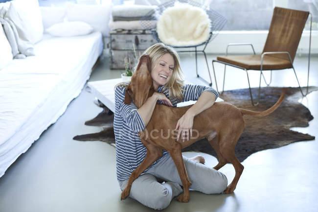 Donna giocare con il cane — Foto stock