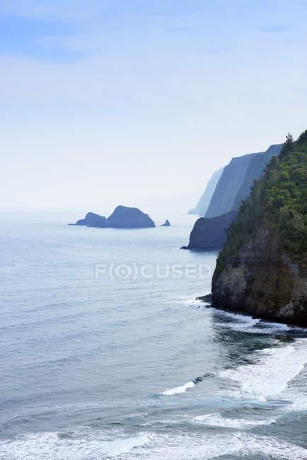США, Гавайи, большой остров, вид с Pololu долине на берегу Клифф — стоковое фото