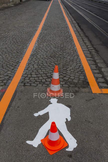 Signalisation sur asphalte et orange striipes — Photo de stock