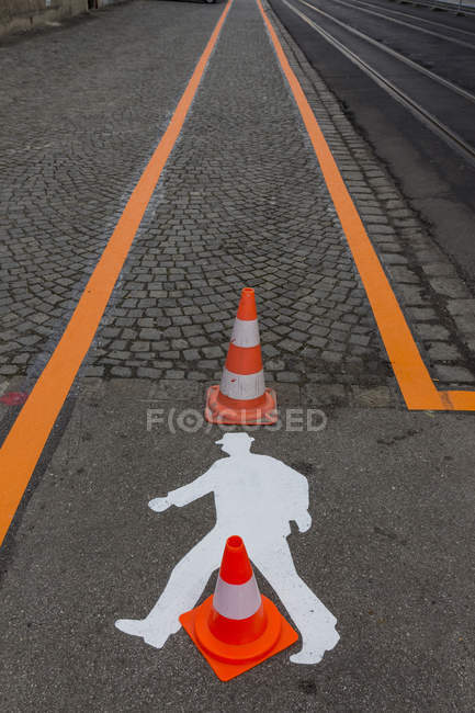 Signalisation sur asphalte et orange striipes — Photo de stock