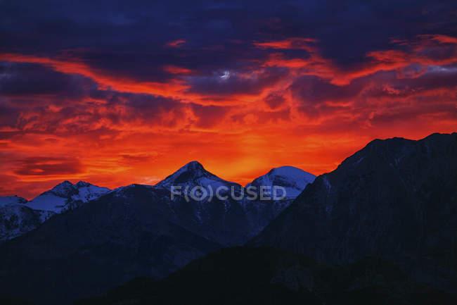 Espagne, Parc national d'Ordesa, paysage montagneux au coucher du soleil — Photo de stock
