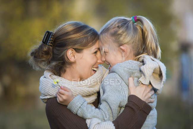 Сміючись, мати і дочка на відкритому повітрі — стокове фото