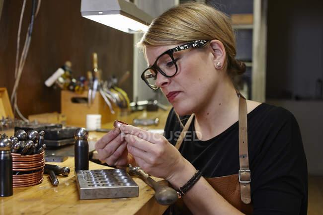 Goldschmied in Workshop bei der Arbeit — Stockfoto