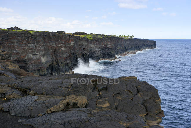 Stati Uniti d'America, Hawaii, Big Island, Parco nazionale dei vulcani, Mostra di costa ripida roccia di lava all'estremità della catena di strada crateri — Foto stock