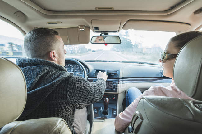 Back view of Couple traveling in car — Stock Photo