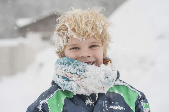 Счастливый мальчик зимой без шляпы — стоковое фото