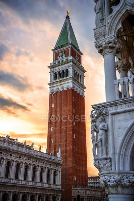 Italia, Venezia, Campanile di San Marco al tramonto vista dal basso — Foto stock