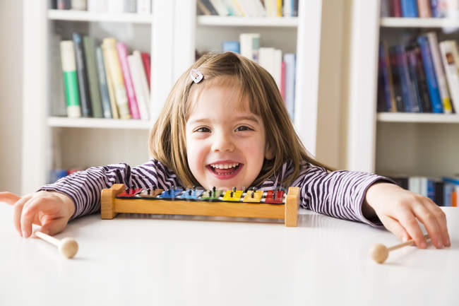 Portrait de heureuse petite fille avec xylophone — Photo de stock