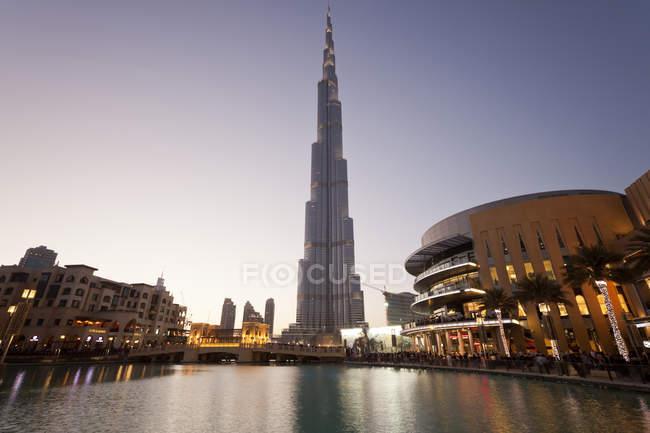 ОАЭ, Дубай, вид на Бурдж-Халифа в сумерках — стоковое фото