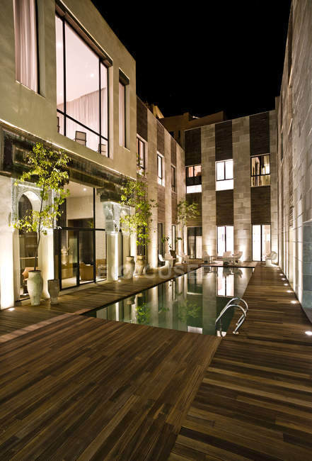 Hotel Riad Fes, courtyard with swimming pool by night — Stock Photo