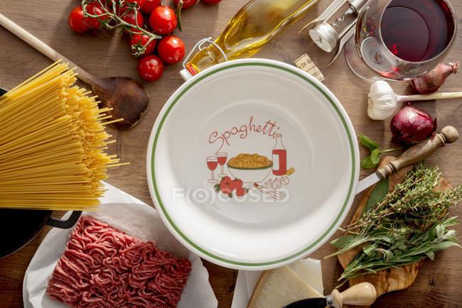 Italienische Küche, Zutaten für Spaghetti Bolognese und Platte auf Holz — Stockfoto