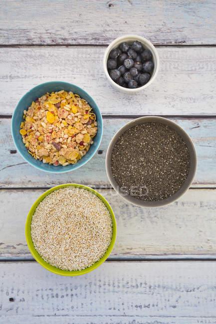 Bio Chiasamen und knallte Amarant, Heidelbeeren und glutenfreie Getreide in Schalen — Stockfoto