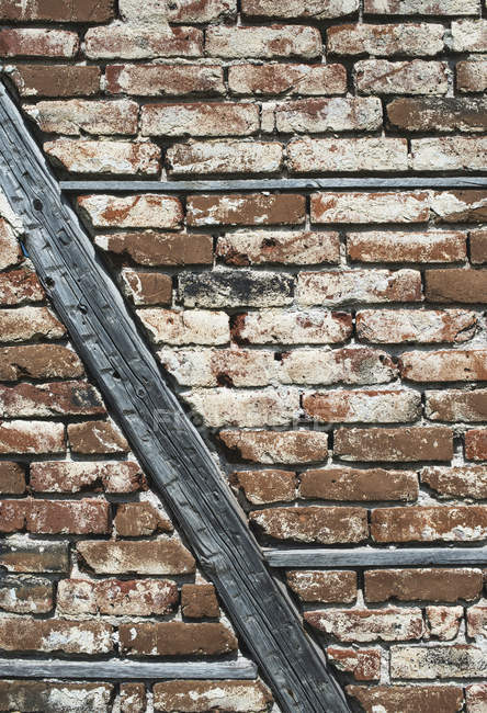 Vecchio muro di mattoni e travi — Foto stock