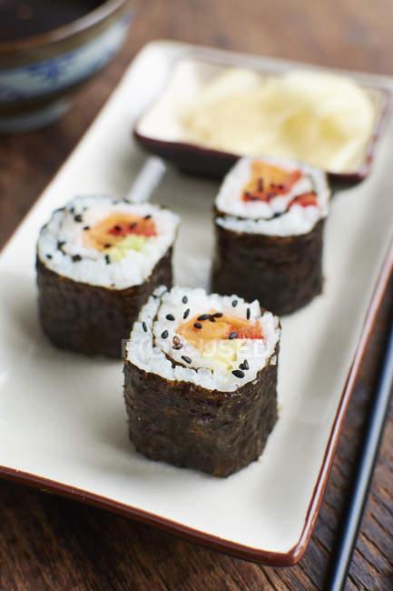 Овощные суши заполнены с сладкий картофель, морковь и перец крупным планом вид — стоковое фото