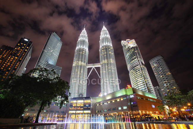 Malaysia, Kuala Lumpur, Petronas Twin Towers at night - foto de stock