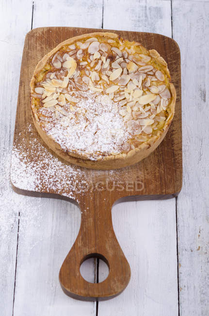 Homemade apple pie with sliced almonds — Stock Photo