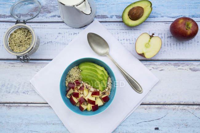 Авокадо apple мюслі з конопель насіння — стокове фото
