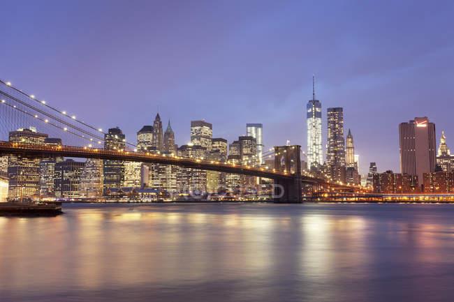 USA, New York, New York, Manhattan, Brooklyn Bridge e skyline al tramonto — Foto stock