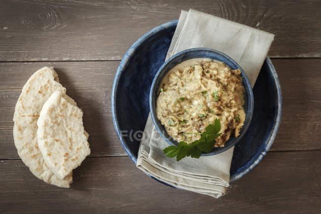 Bol de Baba Ghanoush avec du pain plat — Photo de stock