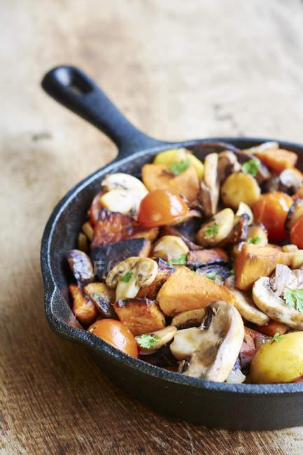 Крупным планом Stir-fried зимой овощи на столе — стоковое фото