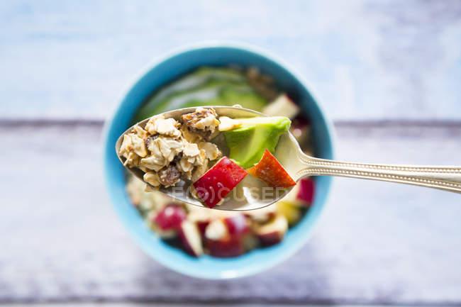 Ложка авокадо apple мюслі з конопель насіння — стокове фото
