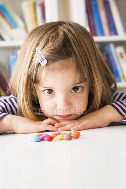 Portrait de petite fille avec boutons chocolat — Photo de stock