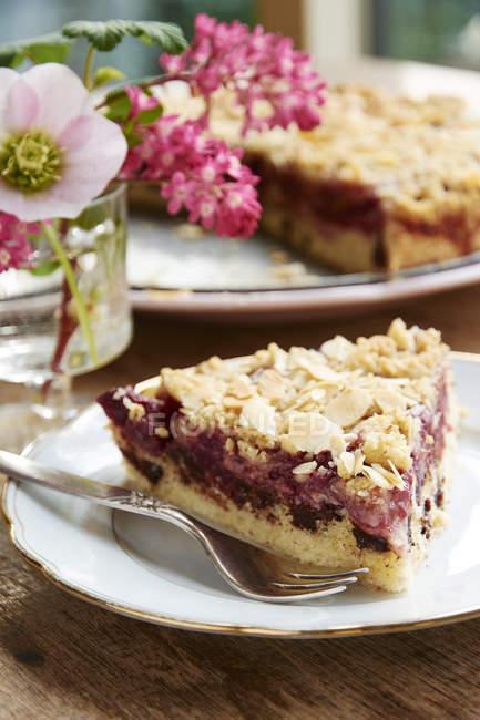 Torta di cioccolato ciliegia con un topping di mandorla streusel sulla piastra — Foto stock