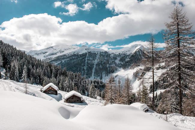 Autriche, État de Salzbourg, Altenmarkt-Zauchensee, domaine skiable avec deux cabanes en bois — Photo de stock