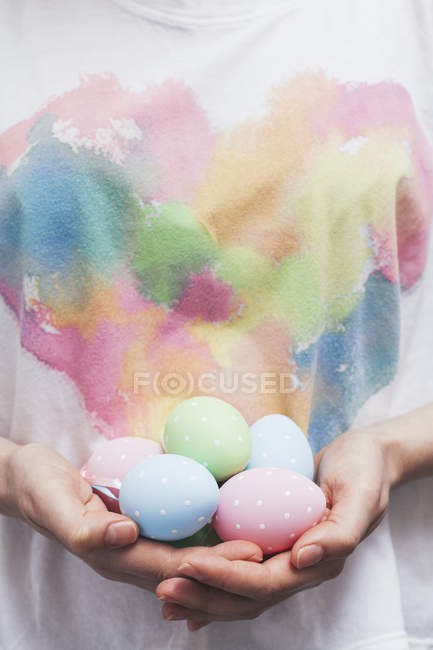 Close-up de mulher segurando pintou os ovos de Páscoa — Fotografia de Stock