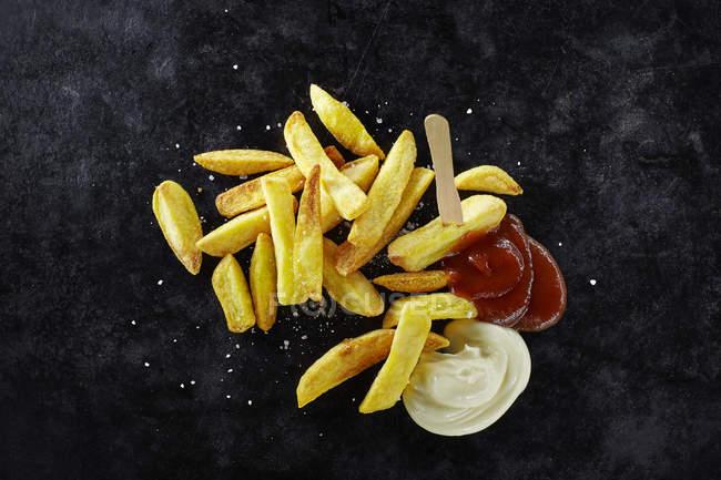 Papas fritas con mayonesa y ketchup - foto de stock