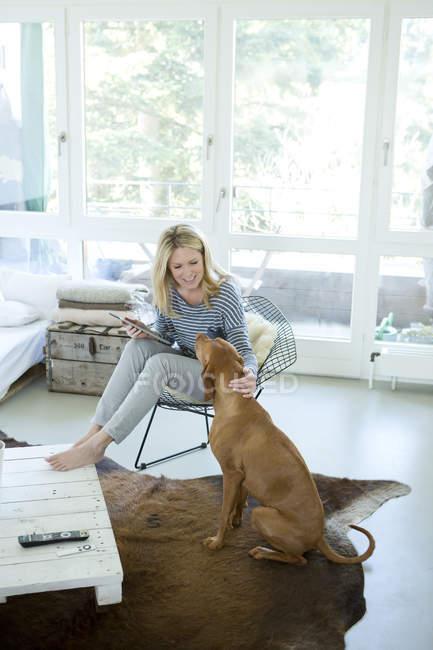 Donna con il suo cane e ridurre in pani digitale — Foto stock