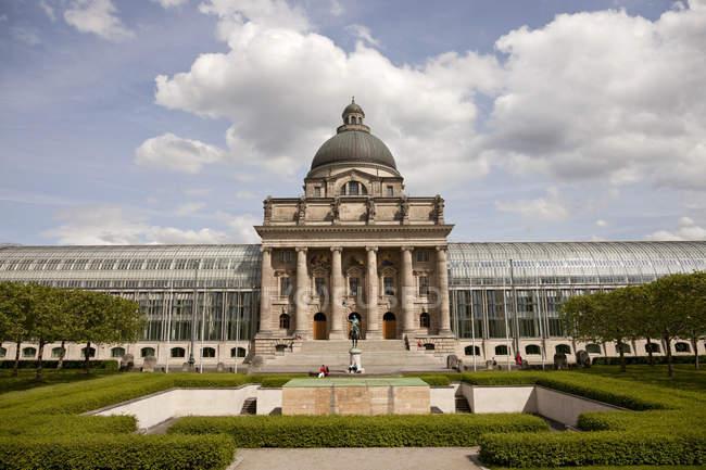 Deutschland, Bayern, München, Bayerische Staatskanzlei tagsüber — Stockfoto