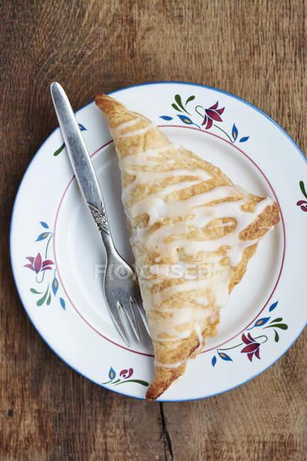 Fatturato di mele fatto in casa con forchetta sul piatto — Foto stock