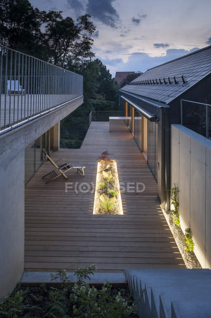 Une maison familiale, terrasse en bois le soir — Photo de stock