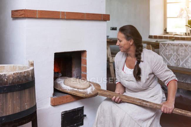 Mujer con cáscara cruda con pan - foto de stock