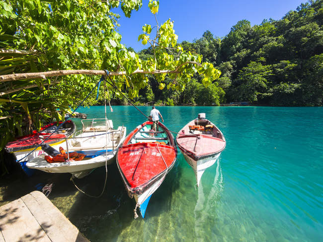 Jamaica, Port Antonio, fishing boats in picturesque blue lagoon — Stock Photo