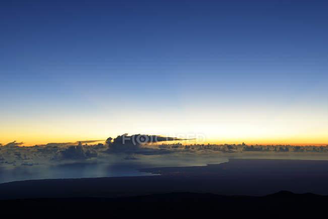 США, Гаваї, Великому острові, Мауна-Кеа, переглянути Хіло та хмари над океаном ранку — стокове фото