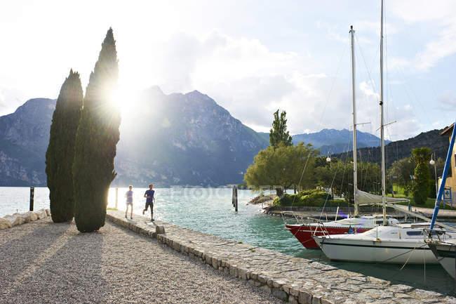 Couple running at Lake Garda — Stock Photo