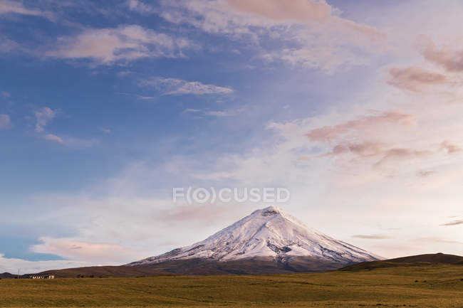Південна Америка, Еквадор, Анд, вулкан Котопахі і хмарного неба — стокове фото