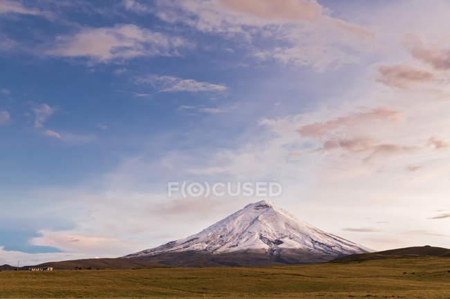 Südamerika, Ecuador, Anden, Vulkan Cotopaxi und wolkenverhangener Himmel — Stockfoto