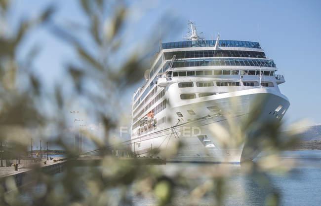 Grecia, nave da crociera ormeggiata al porto — Foto stock