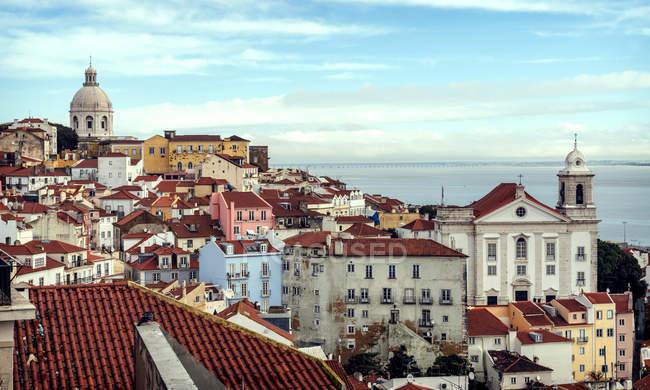 Vista de Portugal, Lisboa, paisagem urbana do bairro de Alfama — Fotografia de Stock