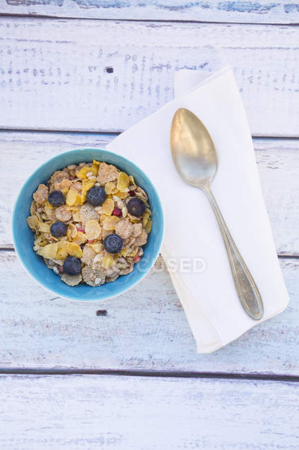 Gluten-free muesli with blueberries in bowl on white wooden table — Stock Photo