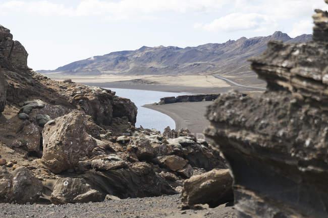Ісландія, Reykjanes, Kleifarvatn, переглянути камені і озеро на фоні — стокове фото