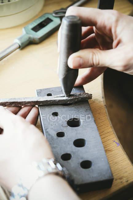 Goldsmith se preparando com peça de trabalho anel de casamento mandril — Fotografia de Stock